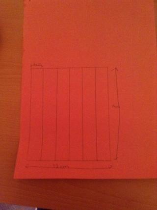Dibuja una caja que es de 12 cm x 14 cm y luego dividirlo en 6 tiras que son de 2 cm de ancho.