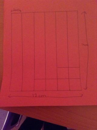 Dibuja una línea de 2 cm de la parte inferior en 4 tiras y luego una línea de 4 cm de la parte inferior en 2 tiras.