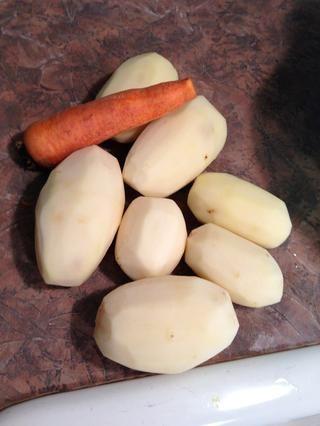 Pelar las patatas. Zanahoria de lavado.