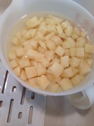 El agua fría ayuda a mantener las papas se pongan marrones antes de su uso.