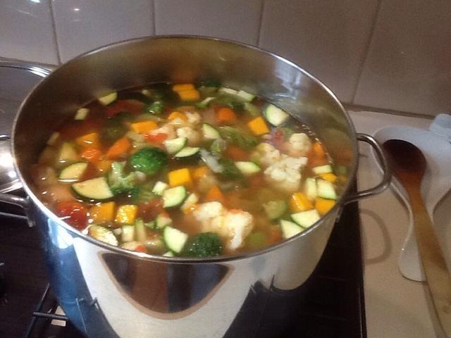 Llevar a ebullición. Reduce el fuego a bajo y cocine a fuego lento durante 20 minutos o hasta que las verduras estén tiernas.