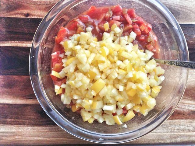 Añadir los tomates restantes y revuelva.