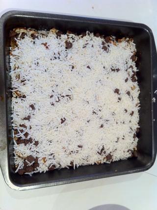 Espolvorear el coco rallado en forma pareja sobre los chips de chocolate.