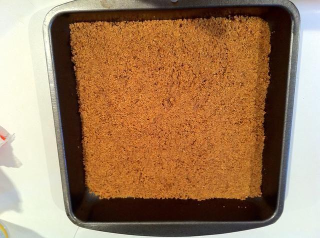 Extienda la mezcla de miga de manera uniforme sobre una de 22 cm x 22 cm cacerola.