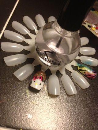 Añadir una capa superior para proteger su Hello Kitty, y añadir un brillo hermoso! Y su acabado! Espero que se diviertan tanto como yo hice la creación de sus propias uñas gatito hola. ??????