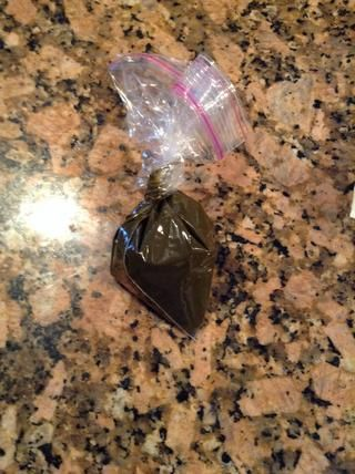 La apertura en mi botella es pequeña, así que llenar una bolsa de sándwich con la henna, gírela hasta que la henna se ve obligado a una de las esquinas, cortar la punta de la bolsa fuera, y apretar la henna en la botella.