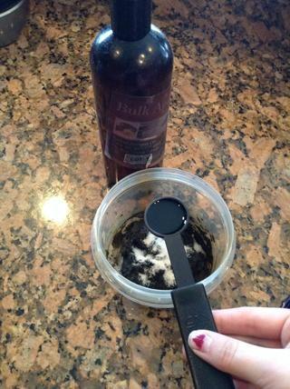A continuación, agregue 1 cucharadita de un aceite esencial, yo uso el aceite de almendra o lavanda.
