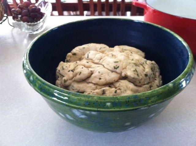 Precaliente el horno a 450 °. Vierta una cucharada de aceite de oliva en la sartén. Golpee la masa y amasar durante un par de minutos. Forme una ronda suave y frotar el aceite por encima.