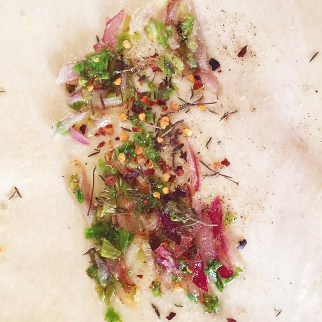 Saltee con 1-2 cucharaditas de aceite de oliva o al gusto. No utilice demasiado aceite, se saturará la masa. Espolvorear algunos chiles si desea añadir un poco de calor. Extender la mezcla en el medio de la masa.