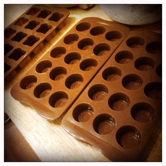 Sexto paso: Coloque los moldes de silicona. Me puse la mía en un molde para hornear, así que puede deslizarse fácilmente en el congelador sin derramar el aceite por toda la cocina.