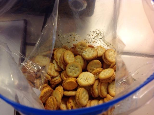 Añadir las galletas en la bolsa.