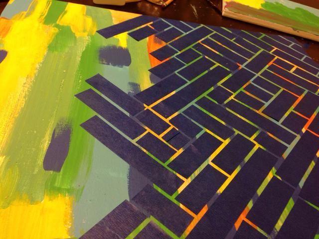 Comience por hacer trazos aleatorios de pintura color diferente en la misma dirección. A continuación, cortar tiras de cinta pintores y sentar geométricamente a través de la lona.