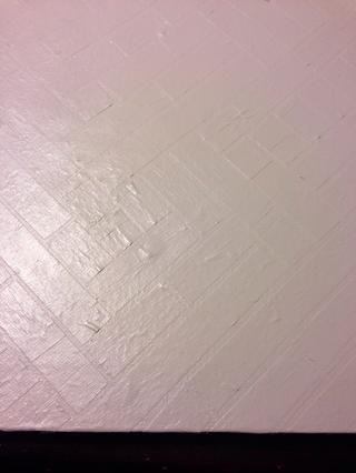 Una vez que la cinta es seguro, cubre todo el lienzo con un color de contraste no se utiliza en la fundación original.