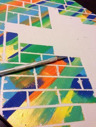 La pintura blanca sangró un poco en los colores base, por lo que utiliza la cuchilla para raspar el exceso y también mantuvo los colores de pintura a mano para pequeños retoques.