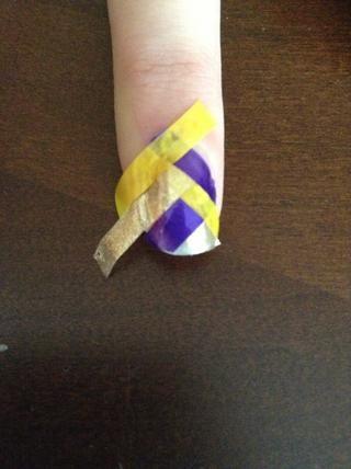 Luego, utilizando pequeñas tijeras o un cortador de cutícula, iniciar recorte los extremos de las tiras para que se ajuste a sus uñas.