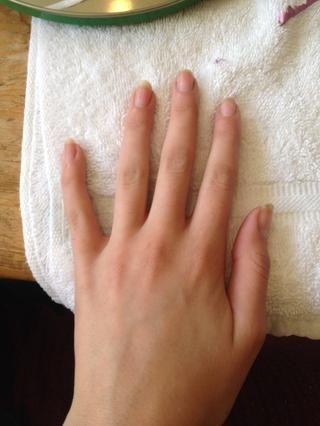 Tome usted el quitaesmalte y quitar el esmalte de uñas.