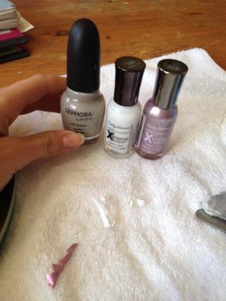 Tome una de sus 3 colores y se puso una mano en todas las uñas.