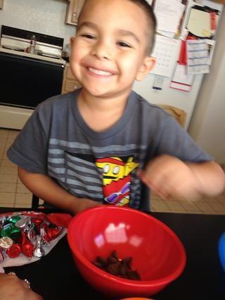 Mi hijo le encantó despegar las envolturas