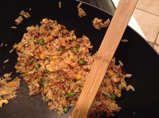 Por último, añadir la mayor cantidad de salsa de soja como usted prefiera. Asegúrese de probar el arroz a medida que agrega que, debido a la salsa de soja es salada!