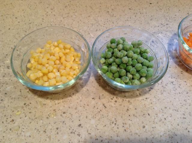Medir los guisantes congelados y maíz congelado y dejar de lado