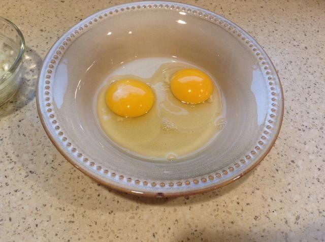 Grieta 2 huevos y dejar de lado