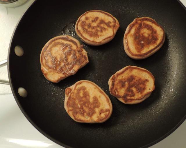 Cocine un lado durante 4-5 minutos, luego voltear y cocinar otro lado durante 3-4 minutos