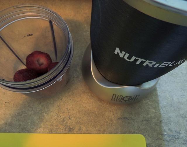Poner las fresas en un vaso de la licuadora