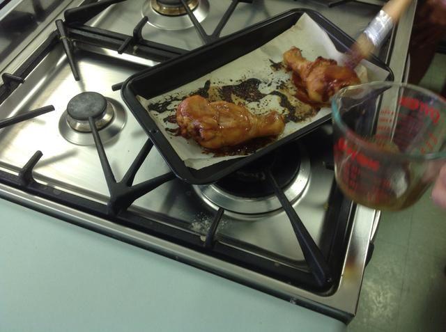 Normas de seguridad: por favor, utilice guantes de cocina y pinzas al mover la bandeja o el pollo. Al final, cortar el pollo hasta el hueso. Si es de color rosa, cocinar por más tiempo. Pollo crudo tiene gérmenes peligrosos en el mismo.