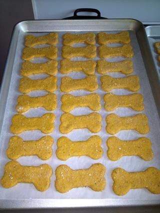 Coloque las galletas a cabo en sus bandejas, dejar un poco de espacio para que circule el aire ...