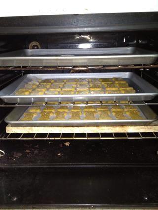 Coloque en un horno a 180C / 350F durante 20 minutos - a su vez a mitad de camino a cocinar de manera uniforme.
