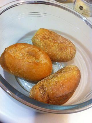 Poner el pan en un recipiente lo suficientemente grande para contener todos los ingredientes combinados