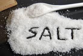 PASO DOS: añadir una cucharadita O UN CONSEJO DE una cucharada de sal en el agua