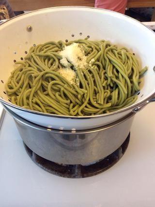 Hervir un poco de agua y cocinar los fideos de sólo 3-4 minutos. Escurrir y mezclar esos doodlies noodley con un poco de salsa. Para este lote, simplemente agregué Parm fresca y unas 1-2 cucharadas de ambos mantequilla y aceite de oliva.
