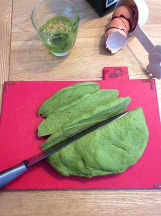 Cuando su bola de masa verde se ve sobre la derecha, se corta en tiras que'll fit through the Omega feed tube.