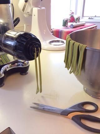 Alimente a sus tiras de masa en el Omega y se cortan con tijeras en la longitud deseada. Don't blink, they come out fast. Have your KitchenAid mixing bowl close by to drape the noods as you cut them.