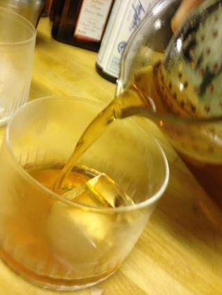 Pobre en un vaso de rock o un vaso con un cubo o dos de hielo. Decore con la cáscara de limón.