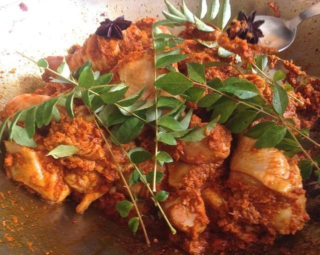 Añadir las hojas de curry y anís estrellado.