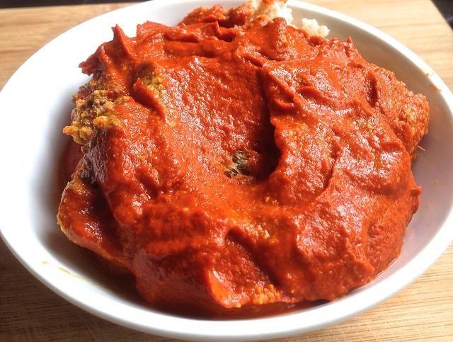 Licuar los chiles secos y rojos. Mezclar con la pasta de curry.