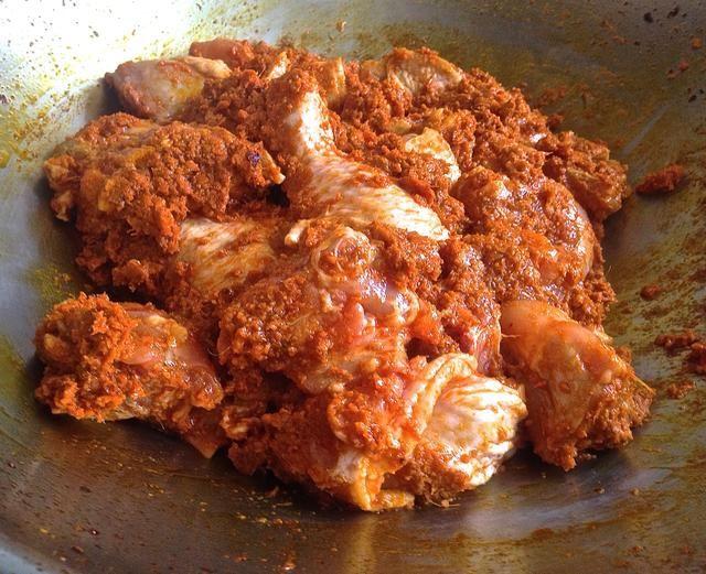 Añadir los trozos de pollo. Revuelva alevines para mezclar bien durante unos 5 minutos.
