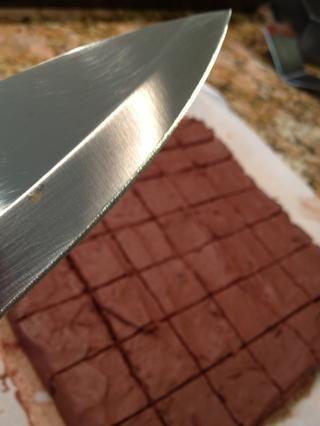 Una vez fría, se corta en pequeños cuadrados y devolverlos al congelador durante 15 minutos más o menos.