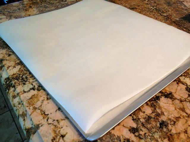 Preparar una bandeja para hornear cubriéndola con papel de pergamino.