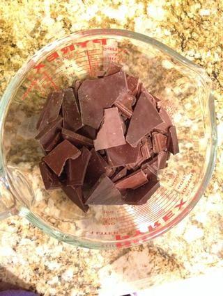 Coge tu chocolate. Derretir en el microondas o al baño maría.