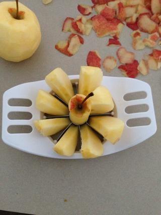 Core y cortar cada manzana en 8 piezas