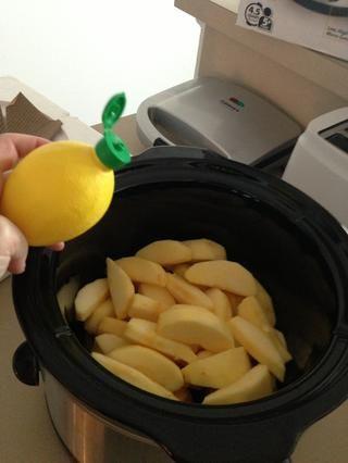 Exprima el jugo de limón sobre las rebanadas para evitar el pardeamiento