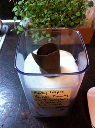Coloque 1/2 rollo de toallas de papel en la mezcla, deje reposar hasta que se absorba. Luego, saque el tubo de cartón.
