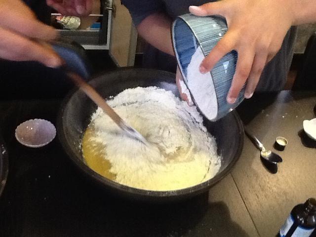 Mezclar la harina para todo uso.