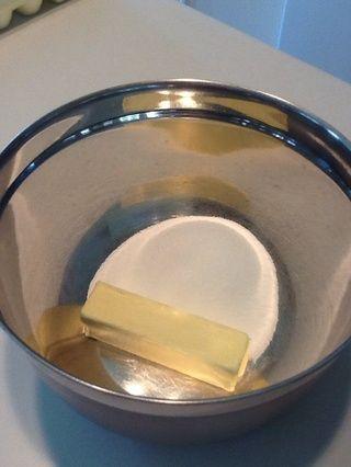 Añadir la mantequilla y el azúcar en un tazón grande.