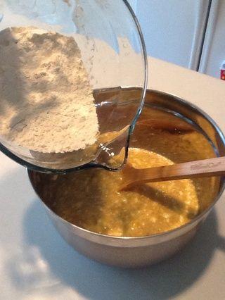 Añadir la harina tamizada a la mezcla de plátano. Vierta un poco a la vez y revuelva bien después de cada adición.