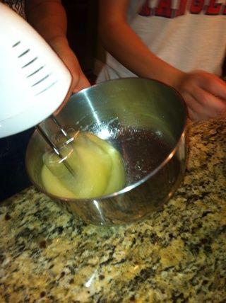 Añadir un cuarto de azúcar a las claras y mezclar hasta que esté espumoso