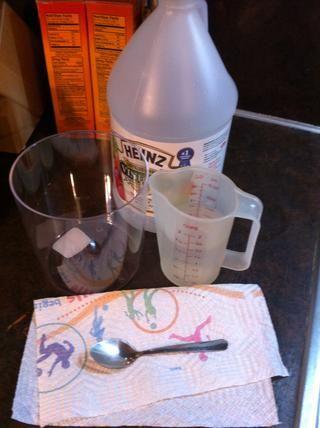 Mida 1 1/2 tazas de vinagre, vierta en el envase.